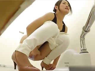 Asian babe watched peeing - amateur porn